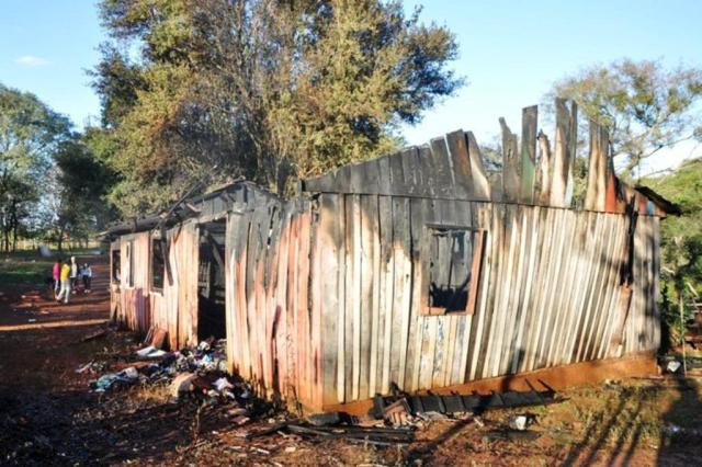 Menina tenta vender o celular para ajudar família que perdeu tudo em incêndio Abel Oliveira/Especial