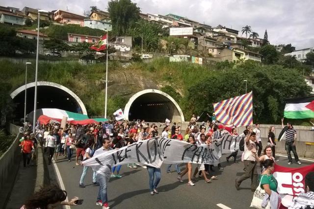 Protesto em Florianópolis pede fim dos ataques de Israel contra palestinos Guto Kuerten/Agência RBS
