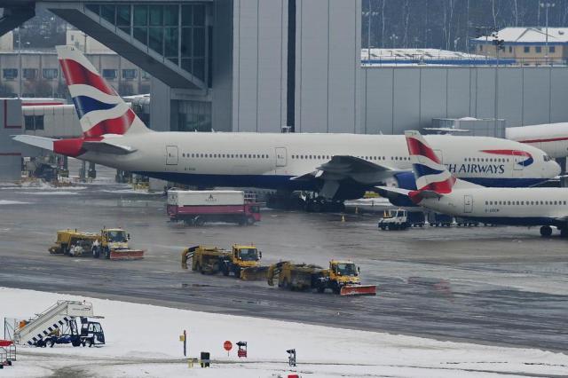 Com medo do ebola, companhia aérea britânica suspende voos para Libéria e Serra Leoa Carl de Souza/AFP
