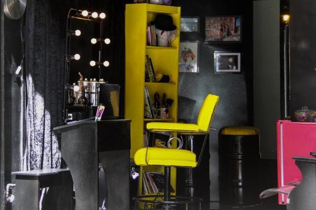 Salão de beleza usa criatividade para decorar ambiente com móveis reciclados Nina Brigidi/Divulgação
