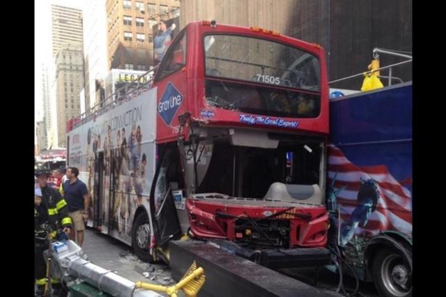 Acidente com dois ônibus deixa 13 feridos na Times Square em Nova York  New York City Fire Department/Divulgação
