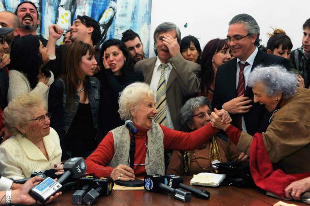 """Líder das """"Avós da Praça de Maio"""" encontra neto roubado na ditadura Florencia Downes/AFP"""