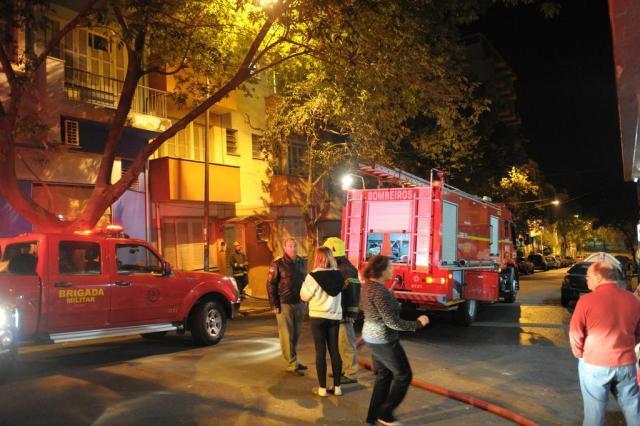 Bombeiros controlam incêndio em apartamento no centro de Porto Alegre Carlos Macedo/Agencia RBS