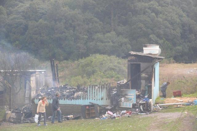 Incêndio consome casa onde moravam mãe e três filhos menores no bairro Saint-Etienne, em Caxias do Sul Roni Rigon/Agencia RBS