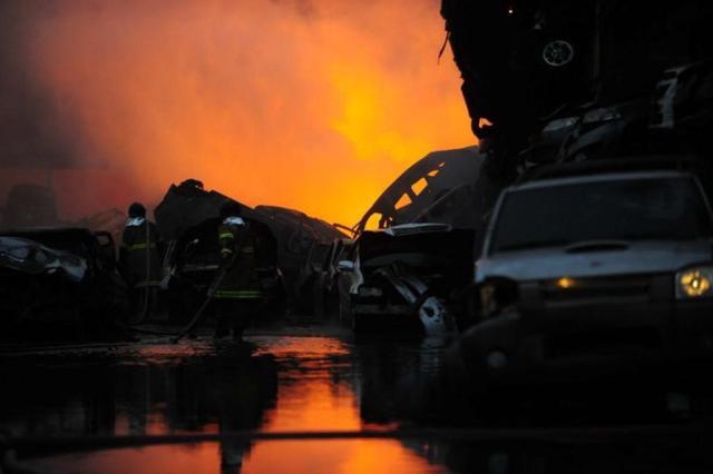 Incêndio atinge depósito particular de veículos no Rio de Janeiro Fernando Frazão/Agência Brasil