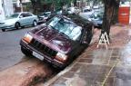 Foto: carro afunda em buraco na rua João Telles  Maíra Vieria/Arquivo Pessoal