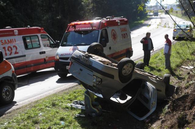 Carro com cinco ocupantes capota na ERS-122, em Caxias do Sul Roni Rigon/Agencia RBS