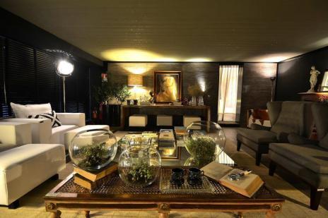Objetos de design assinado conferem atmosfera contemporânea a estar na Casa Cor RS (Eduardo Liotti/Divulgação)