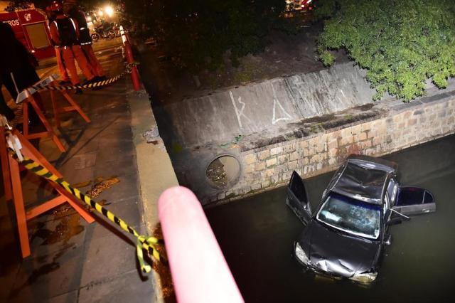 Após colisão, carro cai no Arroio Dilúvio e deixa um ferido em Porto Alegre Félix Zucco/Agencia RBS