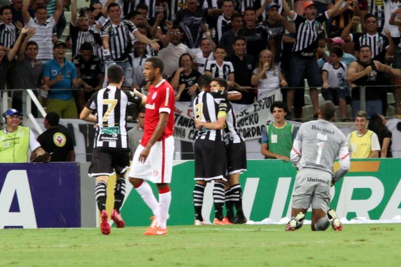 Dida, de joelhos, observa Magno Alves comemorar seu primeiro tento na noite — o capitão do Ceará ainda marcaria o terceiro gol da sua equipe.:imagem 5