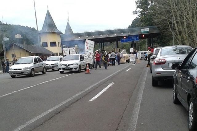 Usuários fazem manifestação na praça de pedágio de Gramado  Carolina Comim/ Divulgação/