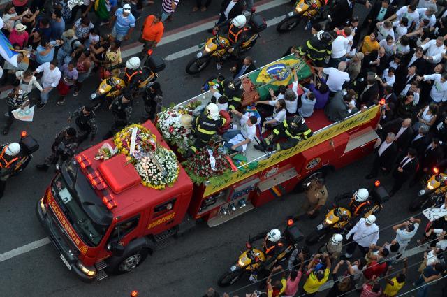 Em carro aberto, caixão de Eduardo Campos segue para cemitério Nelson Almeida / AFP/