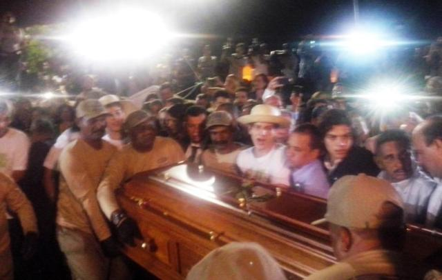 Sob aplausos, corpo de Eduardo Campos é enterrado em Recife Carlos Rollsing/Agência RBS