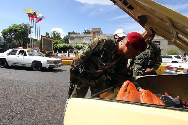Venezuela limita compras de produtos e alimentos em supermercados George Castellano/AFP