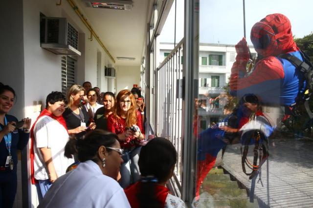 Alpinistas vestidos de super-heróis fizeram a alegria das crianças no Hospital Conceição Mauro Vieira/Agencia RBS