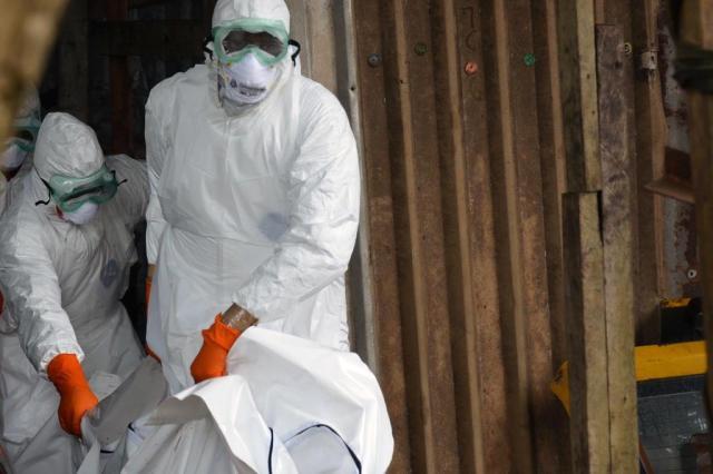 """""""Crianças gritavam 'mãe', e os pais estavam mortos"""", diz brasileiro voluntário na luta contra o Ebola ZOOM DOSSO/AFP"""