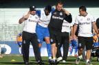 Saimon leva a pior em dividida e sai carregado de treino do Grêmio Adriano de Carvalho/Agencia RBS