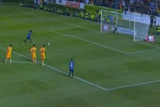 Ronaldinho Gaúcho perde pênalti e Queretáro é derrotado em sua estreia no México Youtube/Reprodução