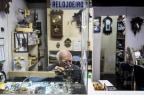 Relojoeiro de 81 anos trabalha na Galeria do Rosário, em Porto Alegre Mateus Bruxel/Agencia RBS