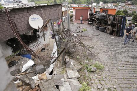 Caminhão sem freio bate em três casas, derruba postes e arrasta motociclista em Caxias do Sul (Felipe Nyland/especial/)