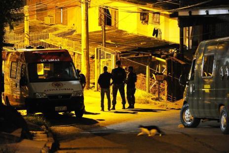 Homem mantém mulher grávida refém no bairro Partenon, na zona leste de Porto Alegre (Marcelo Oliveira/Agencia RBS)