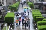 Abaixo de chuva, pessoas prestam homenagem no Cemitério Santa Casa de Misericórdia