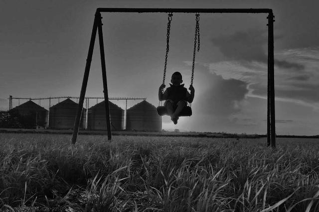 Pai leva balanço portátil a diversas paisagens para fotografar filho autista e romper preconceitos Pablo Menezes de Souza/Divulgação
