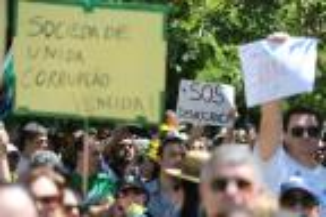Manifestantes fazem marcha contra presidente Dilma Rousseff em Porto Alegre Diego Vara/Agencia RBS