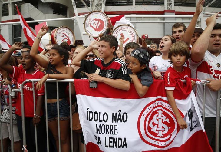 4daf35381a92d Colorados lotam pátio do Beira-Rio para inauguração da estátua de ...