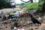 Lixo se acumula em praça em frente à Fundação Iberê Camargo