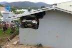 Carro invade casa e motorista fica preso dentro do veículo por duas horas em São José, na Grande Florianópolis (Polícia Militar/Divulgação)
