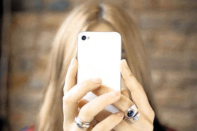 Os riscos de usar o celular para quem está no volante e para os pedestres Reprodução/