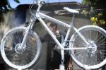 Bicicleta de ciclista morto em atropelamento é preparada para ato de protesto