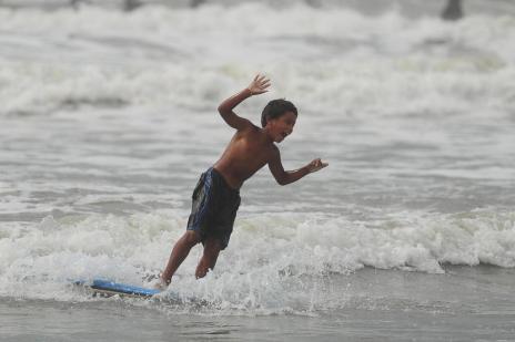 Projeto social ensina surfe para crianças e adolescentes de comunidade pobre  (Diego Vara/Agencia RBS)