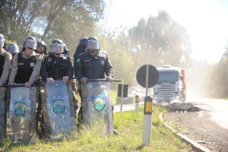 Caminhoneiro é preso durante desbloqueio da BR-282 em Maravilha, no Oeste de SC (Sirli Freitas/Agencia RBS)