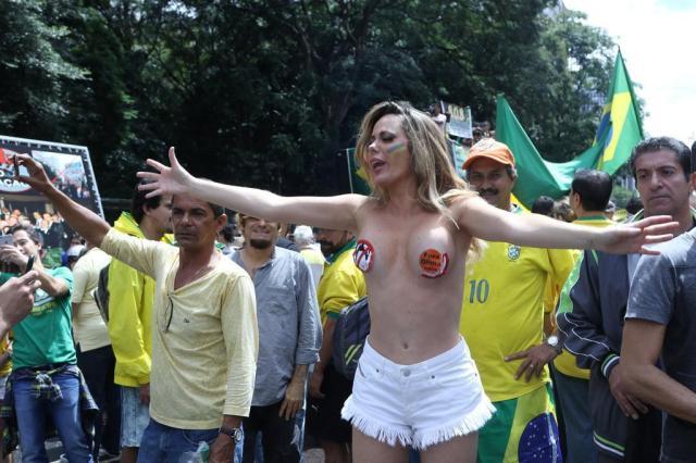 """Manifestante faz topless em São Paulo e grita: """"O que a gente quer é ser livre, sem corrupção"""" Thiago Duran/AgNews"""