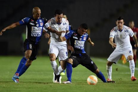 Cruzeiro faz 2 a 0 em noite de primeiros gols e primeira vitória na competição (Juan Barreto/AFP)