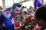 Artistas do Circo Tihany se apresentam para crianças do Hospital Santo Antônio