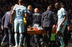 Jogador do Manchester City leva cotovelada no rosto e deixa o campo com suspeita de fratura PAUL ELLIS/AFP