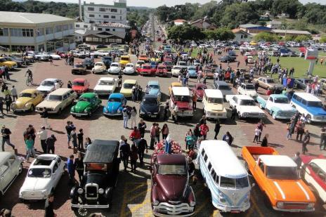Pré-romaria de Caravaggio reúne 400 carros antigos em Farroupilha (Margo Segat/Divulgação)