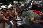 Confronto entre professores e policiais deixa mais de 200 feridos em Curitiba