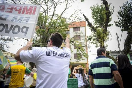 Grupo protesta diante do apartamento de Dilma Rousseff em Porto Alegre (Camila Hermes/Especial/Agencia RBS)