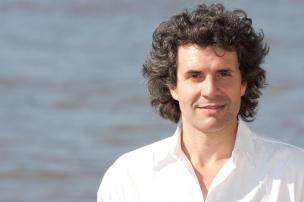 Dudu Sperb canta Caetano Veloso no Instituto Ling Andrew Sykes/Divulgação