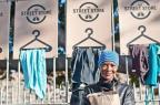 Projeto cria loja de roupas para moradores de rua em Porto Alegre Divulgação/thestreetstore.org