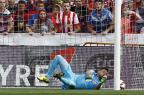 Diego Alves sofre lesão no joelho e está fora da Copa América Jose Jordan/AFP