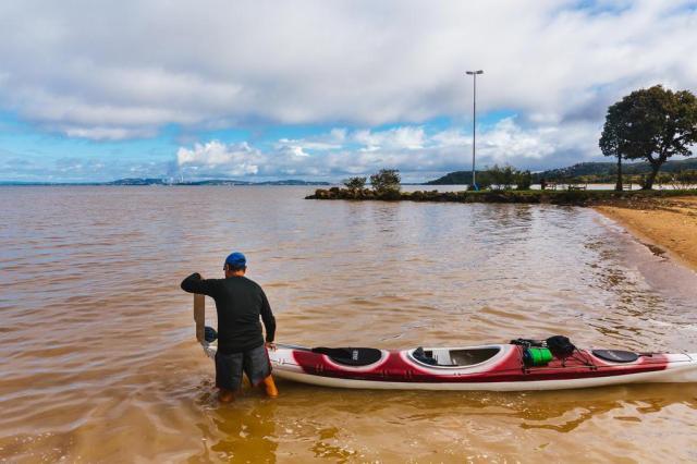 Coronel do exército chega a Ipanema e completa percurso na Lagoa dos Patos  Omar Freitas/Agencia RBS