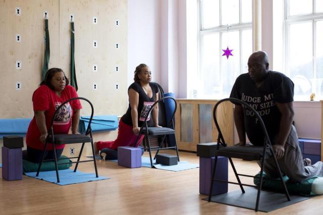 Estúdios nos EUA se especializam em ioga para pessoas acima do peso Brian Harkin/The New York Times