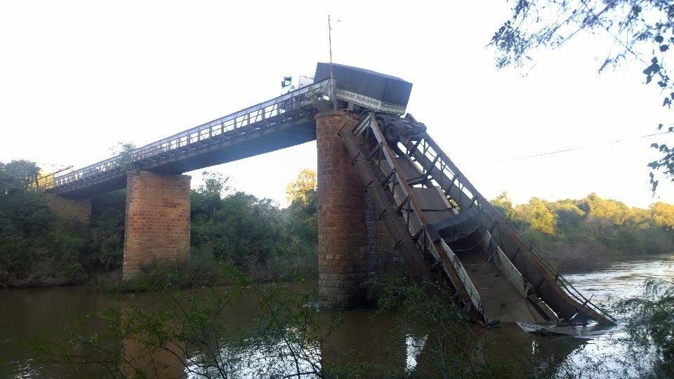 Ponte de acesso a Jaguari desaba, e caminhão e carro caem em rio Barney Medeiros/Especial