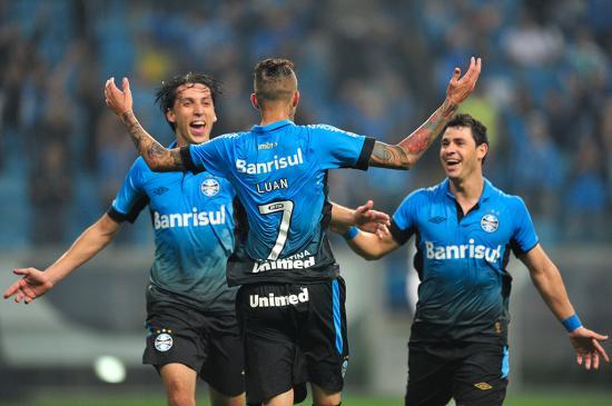 Com dois gols em quatro minutos, Grêmio vence o Corinthians por 3 a 1 Félix Zucco/Agência RBS