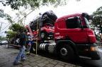 Sem autorização para circular, caminhão cegonha arranca fios e causa transtorno no trânsito Ronaldo Bernardi/Agência RBS